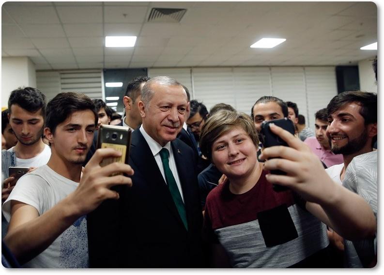 Cumhurbaşkanı Erdoğan, gençlerin Twitter'dan sahur davetine icabet etti